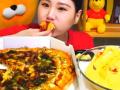 韩国大胃王卡妹,一人吃一整个披萨,蘸着特色酱看着好过瘾 (39播放)
